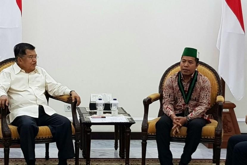 Wapres Jusuf Kalla bersama Ketua Umum HMI Mulyadi P Tamsir di Kantor Wapres, Jumat (5/2).