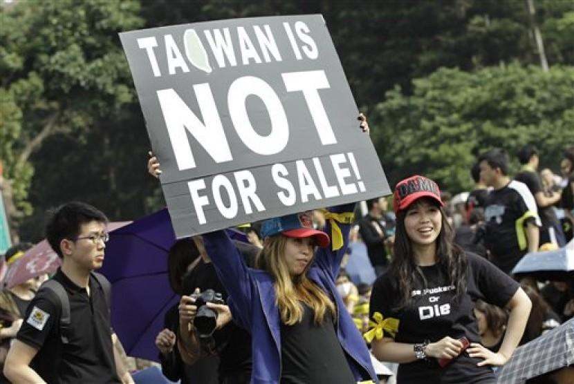 Warga Taiwan menuntut terbebasnya Taiwan dari Cina sebagai negara.