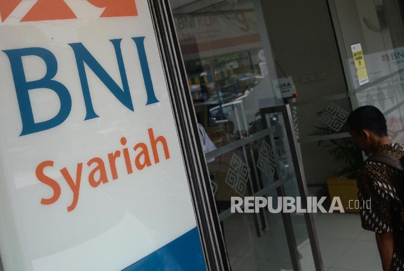 Warga akan melakukan transaksi keuangan di mesin Anjungan Tunai Mandiri (ATM) BNI Syariah, Jakarta, Ahad (8/10).