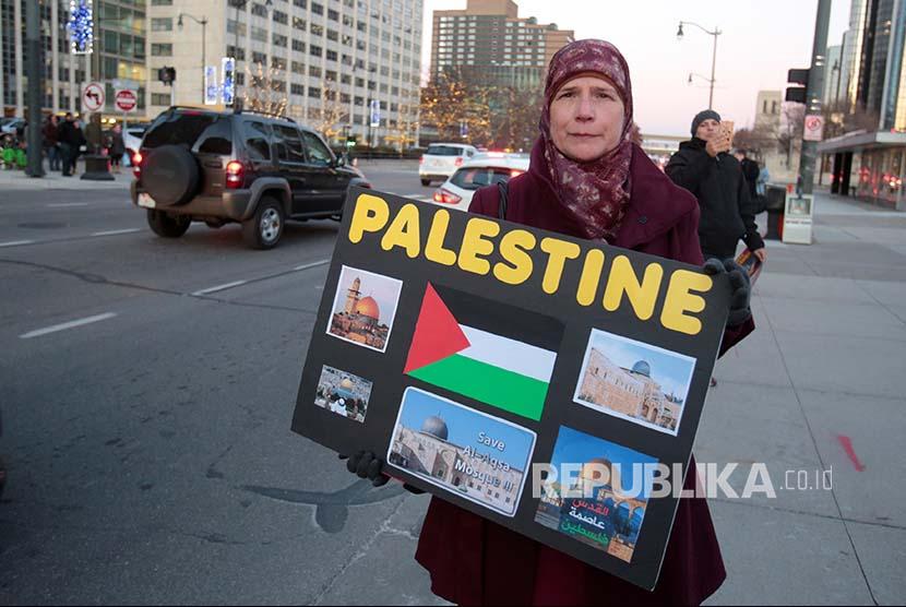 Warga Amerika keturunan Palestina dan simpatisannya berunjuk rasa menentang keputusan Presiden Donald Trump di Detroit, Michigan, Amerika Serikat.