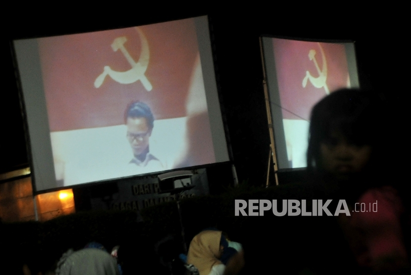 Warga antusias menonton pemutaran film G30S/PKI di Taman Graha Mall Cijantung, Jakarta Timur, Sabtu (23/9).