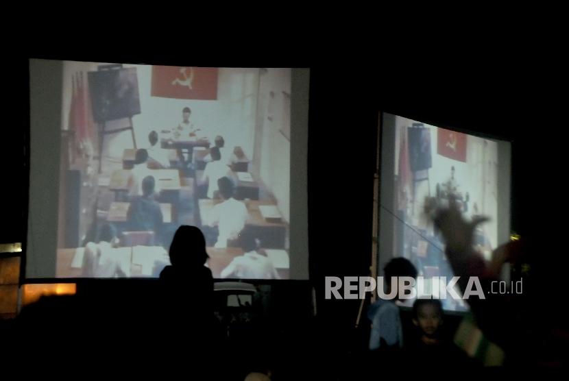 Warga antusias menonton pemutaran film G30S/PKI (ilustrasi)