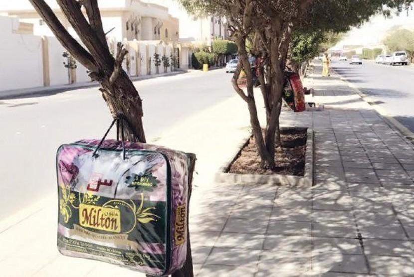 Jelang Musim Dingin, Warga Saudi Gantung Selimut di Pohon