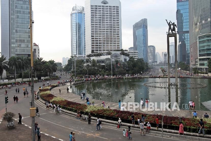 Warga beraktifitas saat berlangsungnya Hari Bebas Kendaraan Bermotor (HBKB) di Kawasan Bundaran HI, Jakarta Pusat, Ahad (1/1).