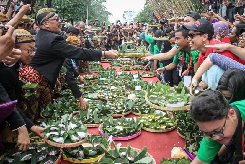 Warga berebut jenang pada acara Festival Jenang Solo 2017 di Ngarsopuro, Solo, Jawa Tengah, Jumat (17/2).