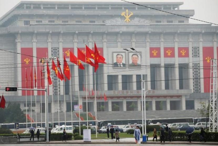 Warga berjalan dekat lokasi penyelenggaraan kongres partai pertama setelah 36 tahun di Pyongyang, Korea Utara, Jumat, 6 Mei 2016.