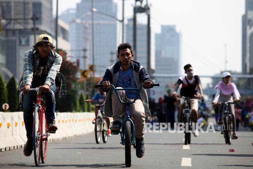 Warga bersepeda saat mengikuti Hari Bebas Kendaraan Bermotor di Bundaran HI, Jakarta Pusat, Ahad (8/5). (Republika/Rakhmawaty La'lang)