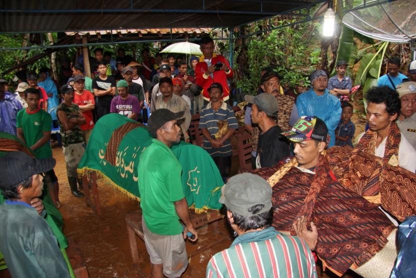Warga bersiap memakamkan jenazah korban longsor di Desa Kalijati, Kabupaten Pangandaran, Jawa Barat, Sabtu (7/10). Akibat hujan deras yang mengguyur Kabupaten Pangandaran mengakibatkan empat orang tewas tertimbun tanah longsor.