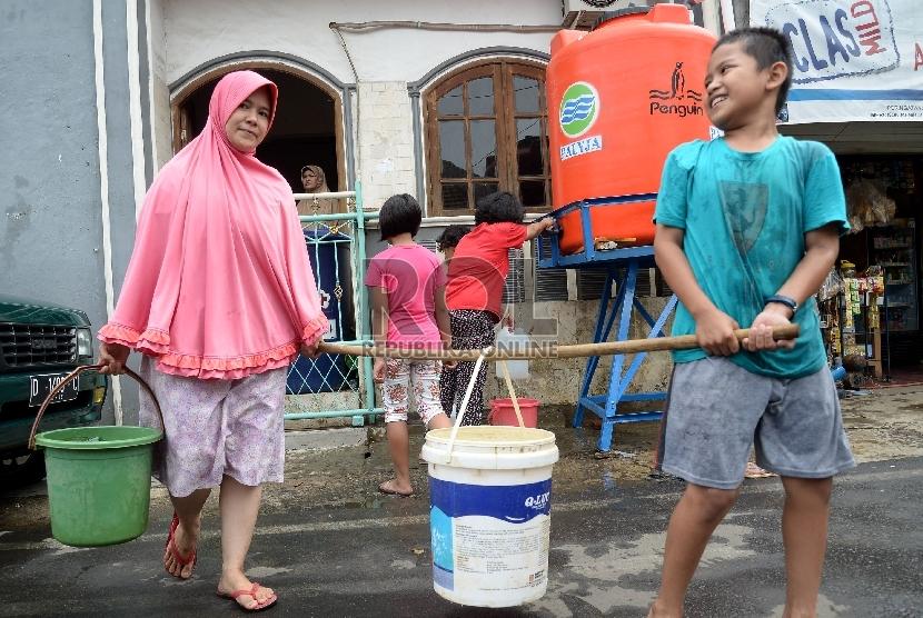 Mengambil air bersih. (ilustrasi).