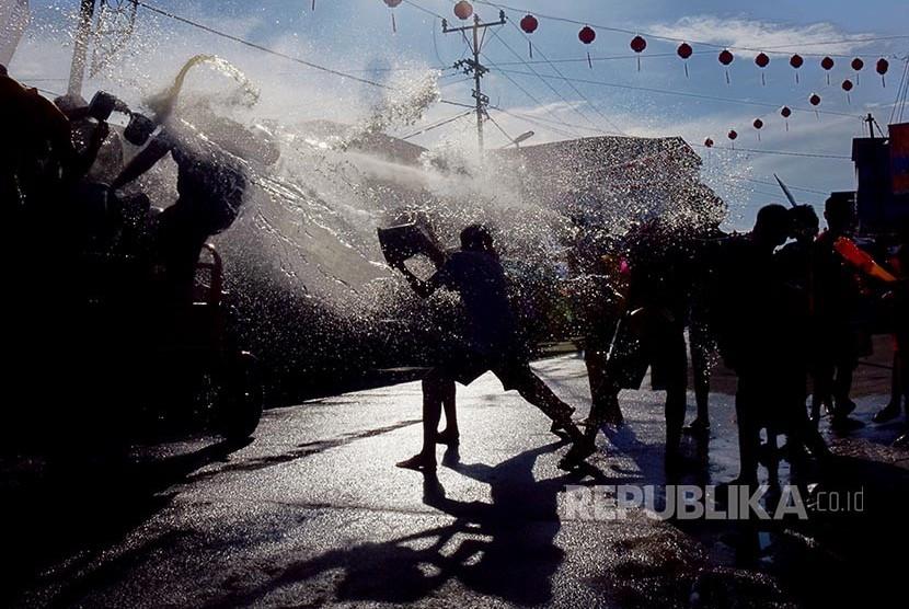Warga dan wisatawan saling siram pada Festival Perang Air di Kota Selatpanjang, Kabupaten Kepulauan Meranti, Riau,