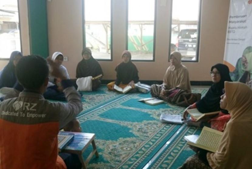 Warga di Desa Berdaya Citangkil memperoleh pendidikan baca dan tulis Alquran dari Rumah Zakat.