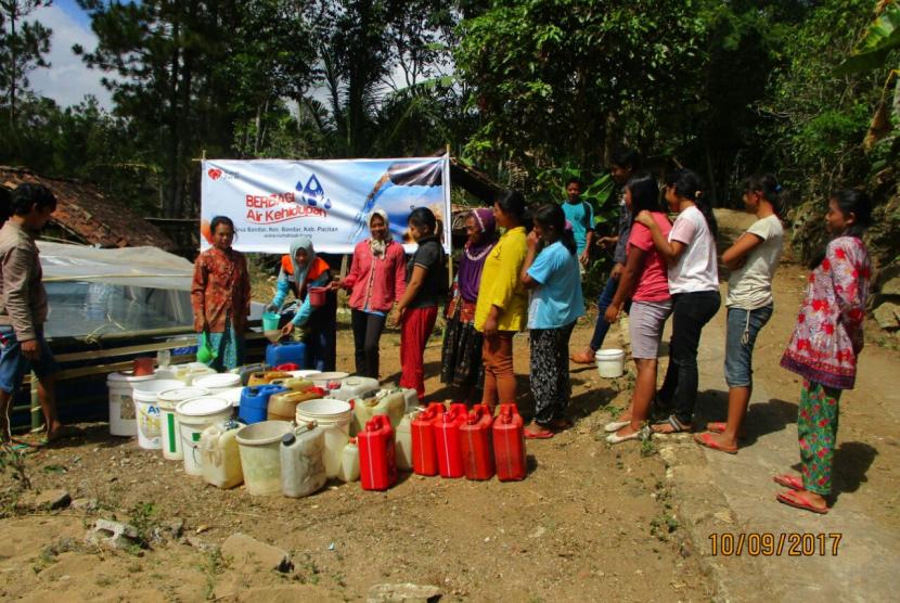 Warga Dusun Ngagik mengantri air bersih yang disalurkan Rumah Zakat.