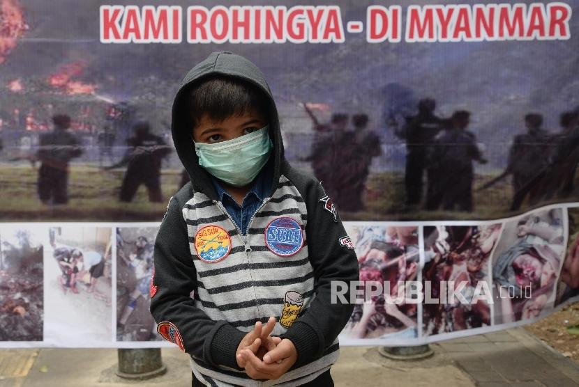 Warga imigran Rohingya melakukan aksi di depan gedung UNHCR, Jakarta, Senin (28/8).