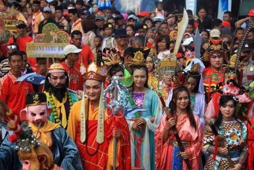Warga keturunan Tionghoa dan etnis lainnya mengikuti kirab tradisi Grebeg Sudiro di Solo, Jawa Tengah