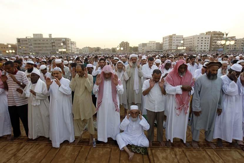 Warga kota Riyadh melaksanakan shalat Idul Fitri di Masjid Jami, Riyadh.