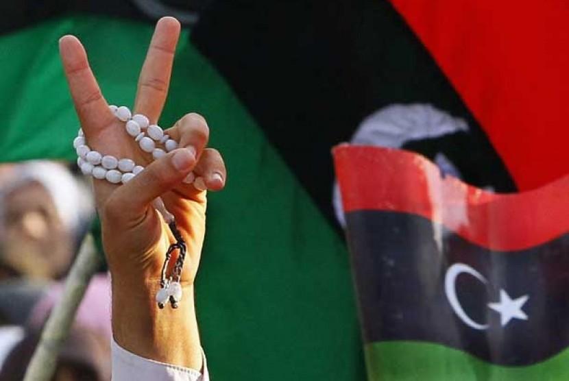 Warga Libya mengacungkan tanda