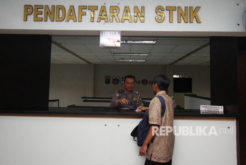 Warga melakukan membayar pajak kendaraan di Kantor Samsat Polda Metro Jaya, Jakarta, Senin (31/7).