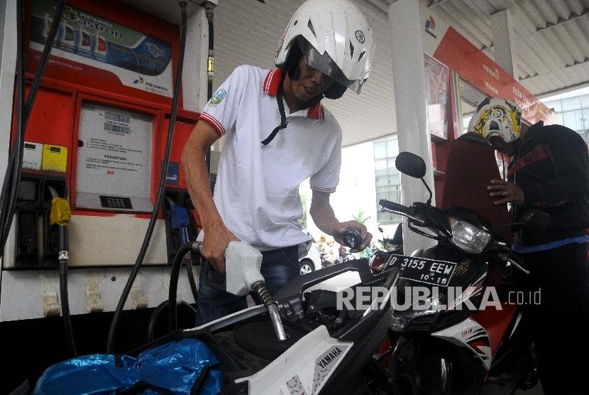 Warga melakukan pengisian bahan Bakar Minyak (BBM) secara swadaya di SBPU Cikini, Jakarta, Ahad (26/2).