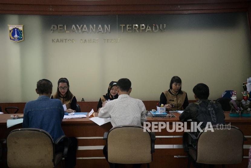 Warga melakukan pengurusan perizinan di PelayananTerpadu Satu Pintu (PTSP) Kecamatan Tebet, Senin (15/5).