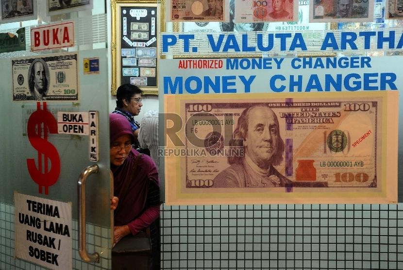 Warga melakukan penukaran uang dollar di Money Changer di salah satu pusat perbelanjaan Jakarta.
