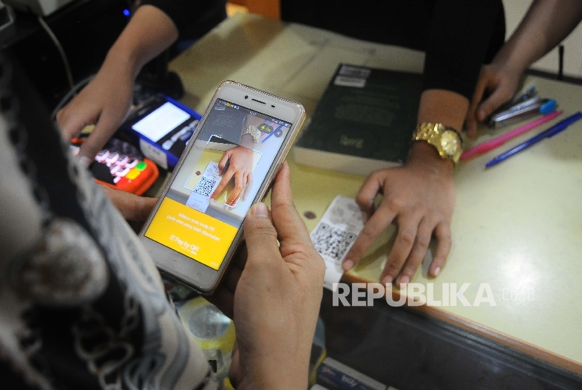 Warga melakukan transaksi menggunakan aplikasi PayTren di toko buku Gramedia, Jakarta, Rabu (5/4).