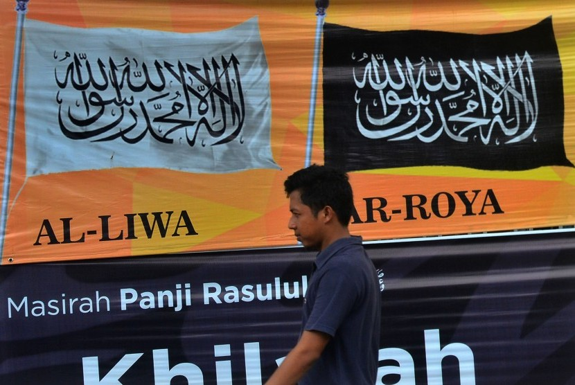 A resident passes by Hizbut Tahrir Indonesia (HTI)'s office at Ciamis, West Jawa, Tuesday (May 9).