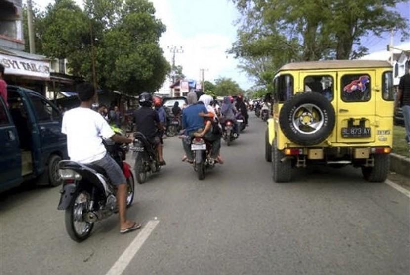 Warga memadati ruas jalan raya untuk menuju ke tempat yang lebh aman dari bencana tsunami pasca gempa kuat di Banda Aceh, Rabu (11/4).