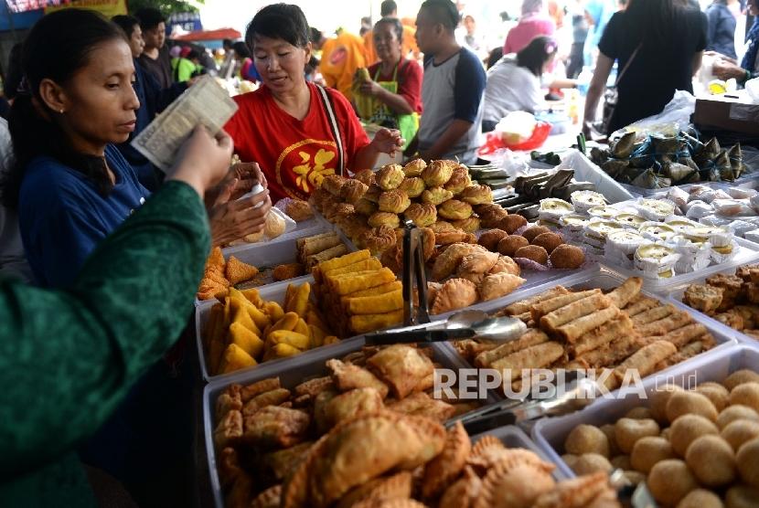 Warga membeli aneka macam takjil di Pasar Takjil Benhil, Jakarta, Senin (6/6). (Republika/Wihdan Hidayat)