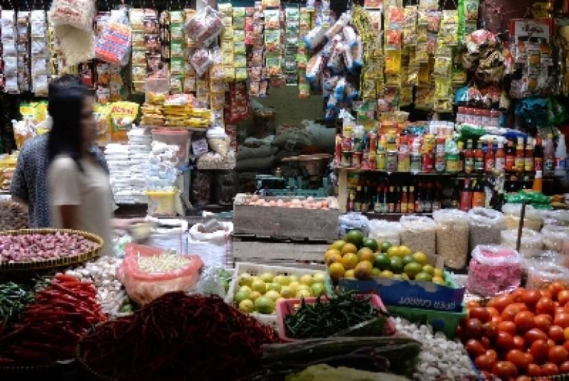 Warga membeli kebutuhan pokok di pasar tradisional. ilustrasi
