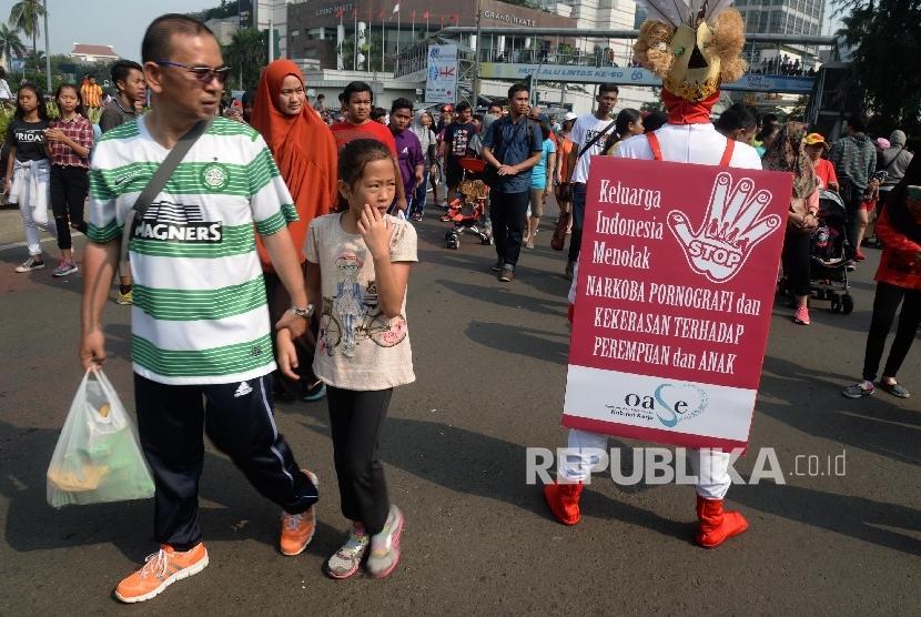 Warga memberikan tanda tangan dukungan Keluarga Indonesia Menolak Narkoba, Pornografi, dan Kekerasan Terhadap Perempuan dan Anak saat Hari Bebas Kendaraan Bermotor (HBKB) di Bundaran Hotel Indonesia, Jakarta, Ahad (4/9).  (Republika/ Yasin Habibi)