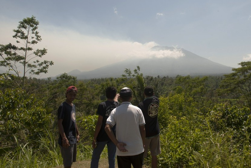 Warga memotret asap yang mulai mengepul dari kawah Gunung Agung dari Pos Pemantauan Desa Rendang, Karangasem, Bali (Ilustrasi)
