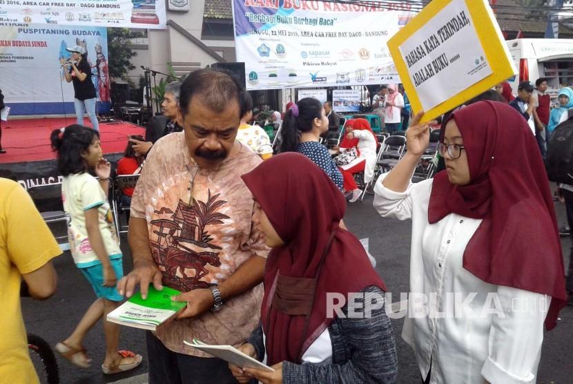 Warga mendapatkan buku gratis dalam rangka memperingati Hari Buku Nasional di di Car Free Day (CFD) Jl Ir H Djuanda, Kota Bandung (Ilustrasi)