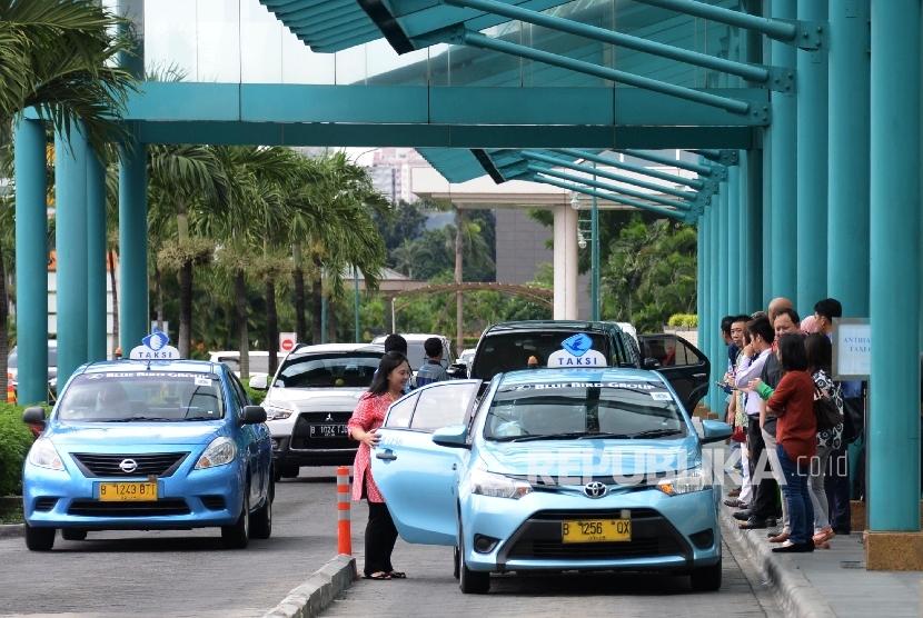 Warga mengantre menunggu taksi Blue Bird di kawasan Senayan, Jakarta, Rabu (23/3). (Republika/Yasin Habibi).