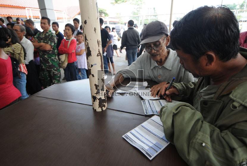 Warga mengantre untuk membeli tiket perjalanan kereta api Lebaran 2013
