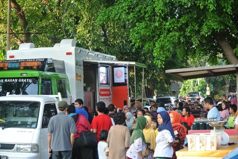 Warga mengerubungi mobil Humanity Food Truck