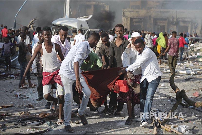 Warga mengevakuasi korban di lokasi ledakan bom di depan Safari Hotel, Mogadishu, Somalia, (14/10) waktu setempat