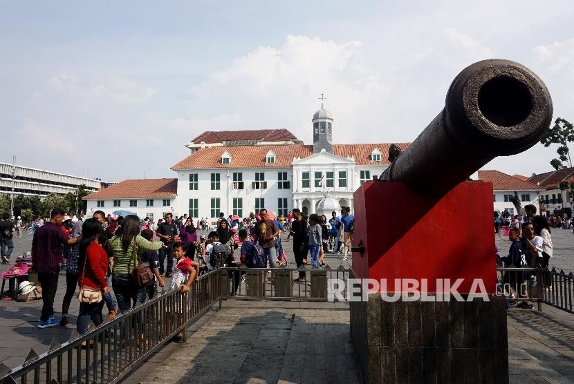Warga menghabiskan waktu libur hari raya Nyepi di Kawasn Museum Fatahillah, Kota Tua, Jakarta, Selasa (28/3).