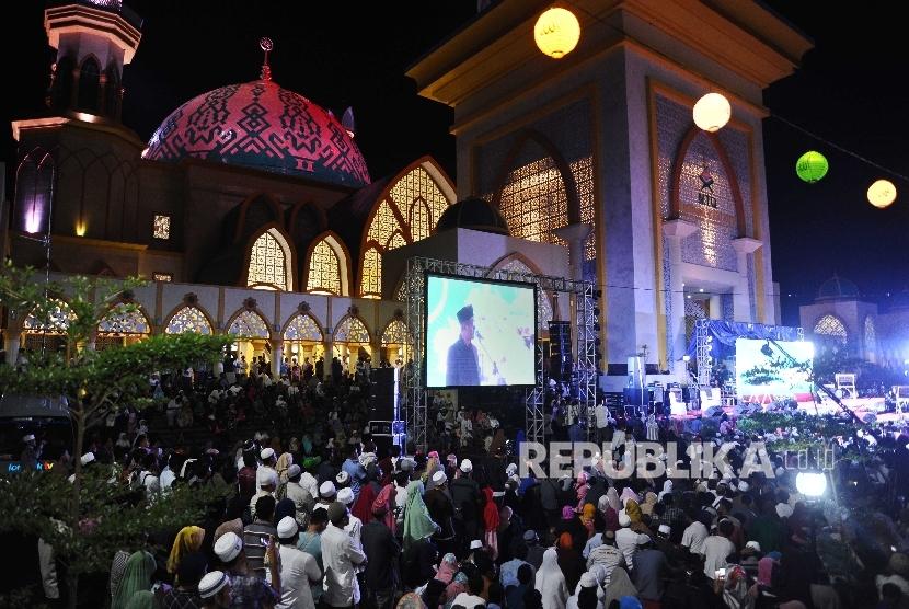 Warga menghadiri pembukaan Pesona Khazanah Ramadhan 2017 di Islamic Center, Mataram, Lombok, Nusa Tenggara Barat.