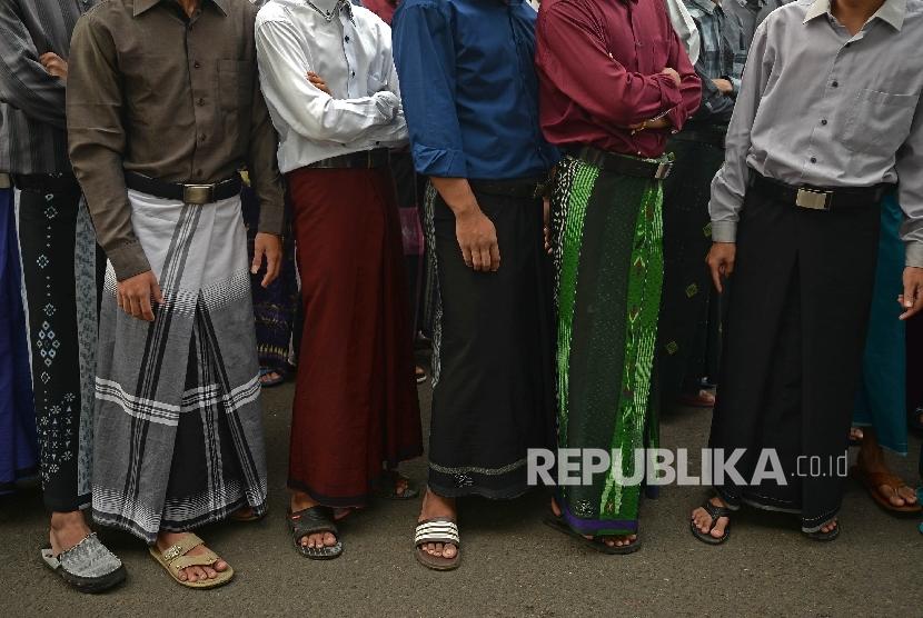 Warga mengikuti jalan sehat sarungan, Tangerang, Banten, Minggu (09/10).