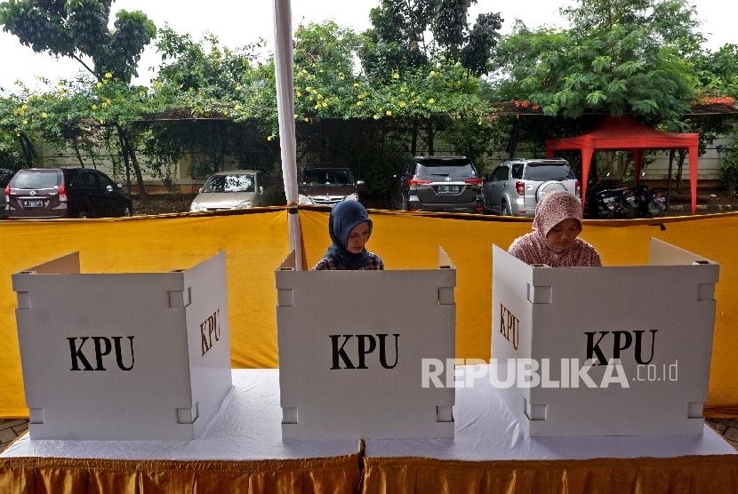 Warga mengikuti simulasi Pilkada DKI Jakarta di Kantor Kecamatan Jatinegara, Jakarta, Kamis (2/2).