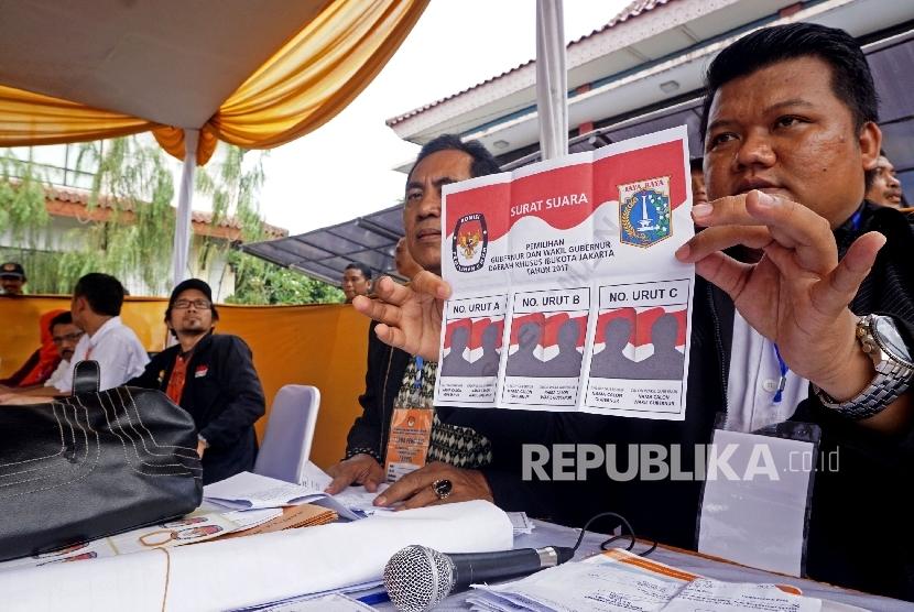 Warga mengikuti simulasi pilkada DKI Jakarta di Kantor Kecamatan Jatinegara, Jakarta,Kamis (2/2)