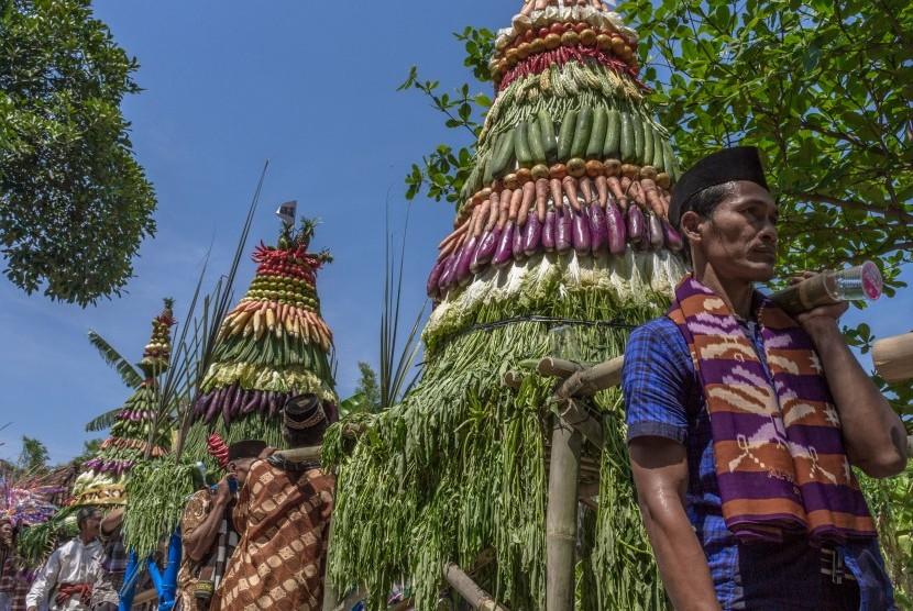 Warga mengirab gunungan hasil bumi saat mengikuti Tradisi Kirab Suro  (ilustrasi)