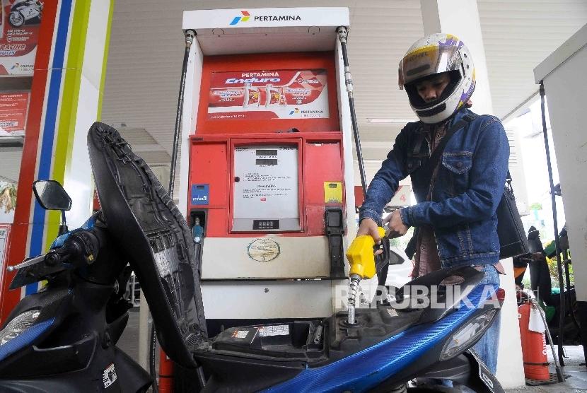 Warga mengisi Bahan Bakar Minyak (BBM) jenis Premium di SPBU Cikini, Jakarta. ilustrasi
