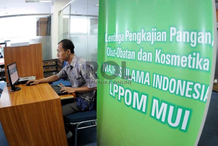 Warga mengisi formulir sertifikasi halal secara on-line di kantor Lembaga Pengkajian Pangan Obat-obatan dan Kosmetika Majelis Ulama Indonesia (LPPOM MUI), Jakarta, Selasa (28/7).