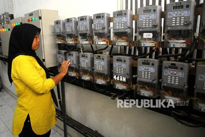 Warga mengisi ulang token listrik PLN di Rusun Cipinang Besar Selatan, Jakarta, Kamis (2/3).