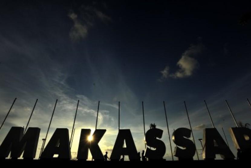 Warga menikmati suasana tenggelamnya matahari di Anjungan Pantai Losari Makassar, Sulawesi Selatan.