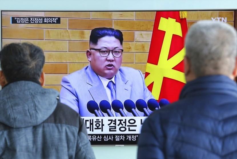 Warga menonton pidato tahun baru Pemimpin Korea Utara Kim Jong-un di Seoul Railway Station di Seoul, Rabu (3/1).