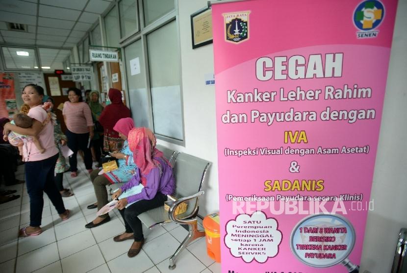 [ilustrasi] Warga menunggu antrean untuk melakukan pemeriksaan deteksi dini kanker serviks dan kanker payudara dalam kegiatan pekan deteksi dini kanker di Puskesmas Kecamatan Senen, Jakarta.