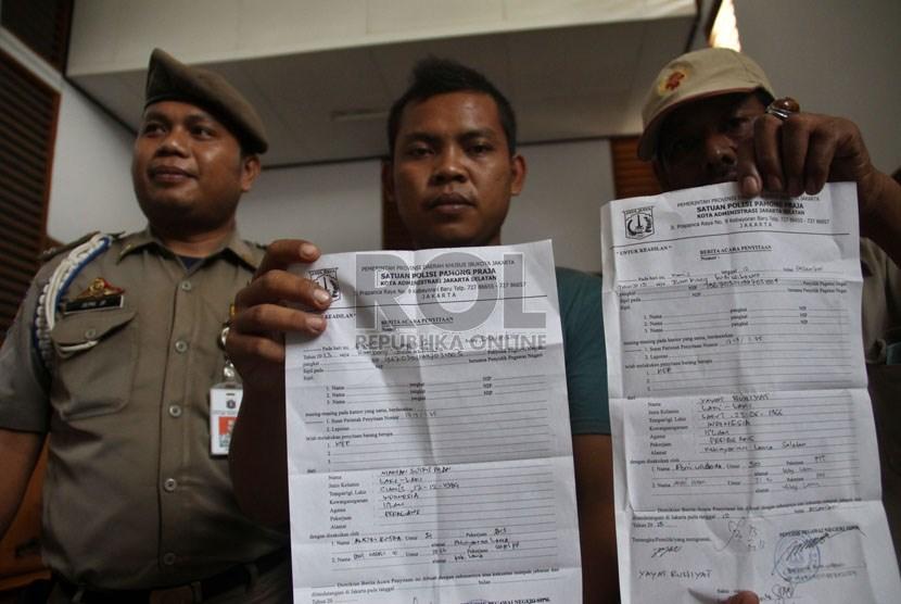 Warga menunjukkan surat tilang membuang sampah sembarangan usai mengikuti sidang di PN Jakarta Selatan, Jumat (13/12). Di Karawang, Jawa Barat, warga nantinya bisa didenda maksimum Rp 50 juta untuk kesalahan yang sama.