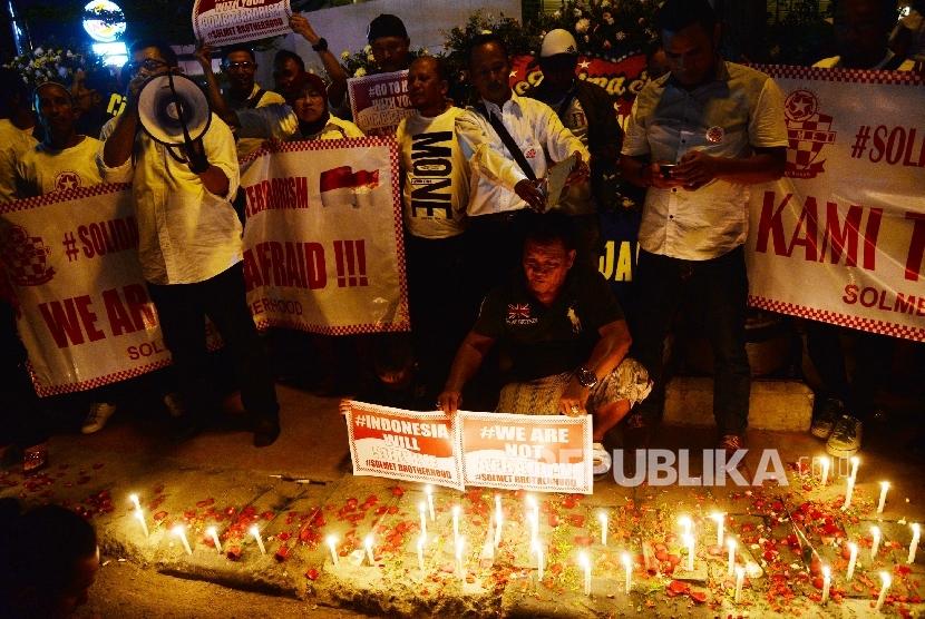 Warga menyalakan lilin dalam aksi solidaritas korban bom di Jl. MH Thamrin, Jakarta, Sabtu (16/1) malam. Aksi tersebut sebagai renungan dan refleksi masyarakat terhadap kejadian bom dan penembakan di kawasan Sarinah, Thamrin, Jakarta (14/1/2016).
